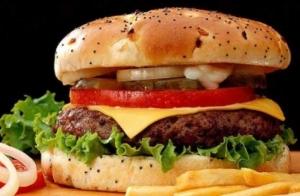 2 hamburguesas XXL + patatas + 2 cañas